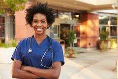 Porträt der Ärztin Standing Outside Hospital Stockbild