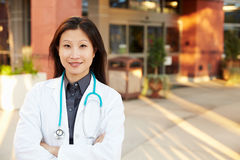 Porträt der Ärztin Standing Outside Hospital Lizenzfreies Stockbild