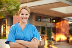 Porträt der Ärztin Standing Outside Hospital Stockfotografie