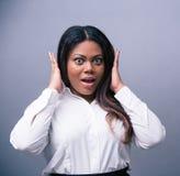 Porträt der überraschten afrikanischen Frau Stockbilder