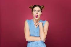 Porträt der überraschten entsetzten jungen Frau mit dem Mund geöffnet Stockbild