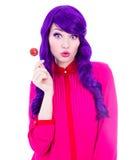 Porträt der überraschten Frau mit purpurrotem Haar und Lutscher isolat Lizenzfreie Stockfotos