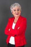 Porträt der überzeugten älteren Frau in der roten Jacke Stockfoto