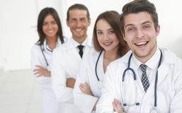 Porträt der überzeugten glücklichen Gruppe Doktoren lizenzfreies stockfoto