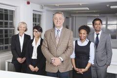Porträt der überzeugten multiethnischen Geschäftsgruppe im Büro lizenzfreie stockfotos