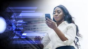 Porträt der afrikanischen Frau des glücklichen Geschäfts benutzt Smartphone Lizenzfreie Stockbilder