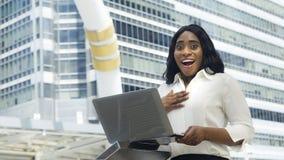 Porträt der afrikanischen Frau des glücklichen und überraschenden Geschäfts verwendet COM Lizenzfreies Stockbild