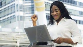Porträt der afrikanischen Frau des glücklichen und überzeugten Geschäfts benutzt Baut. Stockfoto