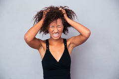 Porträt der afroen-amerikanisch Frau schreiend Lizenzfreie Stockfotografie