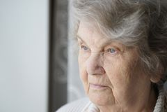 Porträt der alten älteren Frau alterte 80s zuhause Lizenzfreie Stockbilder
