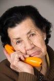 Porträt der alten Frau der Großmutter, die auf spricht Stockfotografie