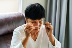 Porträt der alten Frau ihre Gläser tragend stockbild
