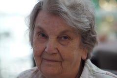 Porträt der alten lächelnden Frau im Café Stockfotos