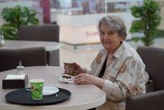 Porträt der alten lächelnden Frau im Café Stockfoto