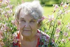 Porträt der alten lächelnden Frau im Park Stockbilder