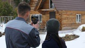 Portr?t der Arbeitskraft des Hauses, das eine Inspektion durch den thermischen Toner durchf?hrt Zu darstellen dem Kunden stock video footage