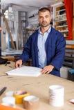Porträt der Arbeitskraft am Druckerstudio stockfotografie
