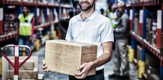 Porträt der Arbeitskraft hält Pappschachteln und lächelt zur Kamera stockbild
