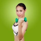 Porträt der asiatischen Frau Eignung mit Gewichten tuend Stockfoto