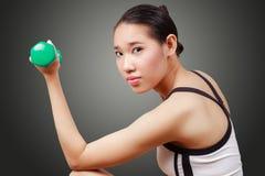 Porträt der asiatischen Frau Eignung tuend Stockfoto