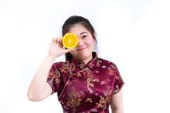 Porträt der asiatischen Frau im langen Kleid des traditionellen Chinesen, cheon Lizenzfreie Stockbilder