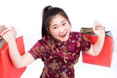 Porträt der asiatischen Frau im langen Kleid des traditionellen Chinesen, cheon Lizenzfreie Stockfotos
