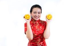 Porträt der asiatischen Frau im langen Kleid des traditionellen Chinesen, cheon Lizenzfreies Stockbild
