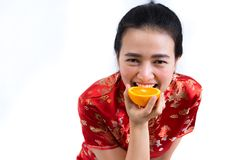 Porträt der asiatischen Frau im langen Kleid des traditionellen Chinesen, cheon Stockfotografie