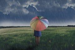 Porträt der asiatischen Frau Regenschirm auf dem grünen Feld halten stockfoto