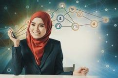 Porträt der asiatischen Geschäftsfrau, die Handy über abstraktem Doppelbelichtungshintergrund verwendet Lizenzfreies Stockbild