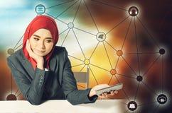 Porträt der asiatischen Geschäftsfrau, die Handy über abstraktem Doppelbelichtungshintergrund verwendet Stockbilder