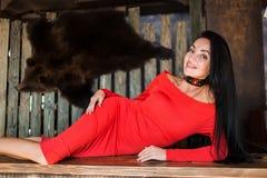 Porträt der attraktiven Brunettefrau im roten Kleid Lokalisiert auf Weiß lizenzfreies stockfoto
