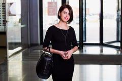 Porträt der attraktiven Frau in einem Mall Stockfotos