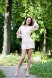 Porträt der attraktiven Frau im Park, Garten Lizenzfreie Stockfotografie