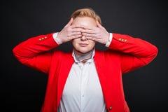 Porträt der attraktiven Geschäftsbedeckung mustert wie blindes Konzept Stockfoto