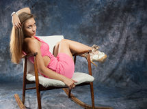Porträt der attraktiven Jugendlichen im Schaukelstuhl stockfotos