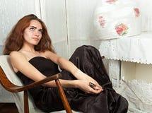 Porträt der attraktiven Jugendlichen im Schaukelstuhl lizenzfreies stockfoto