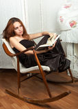 Porträt der attraktiven Jugendlichen mit Buch Stockfotos