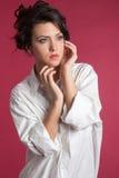 Porträt der attraktiven Jugendlichen weg schauend lizenzfreie stockbilder