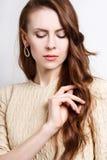 Porträt der attraktiven jungen Brunettefrau mit goldenem Ohrring Stockfoto