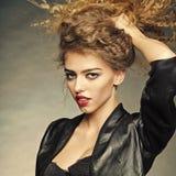 Porträt der attraktiven jungen Frau Stockfoto