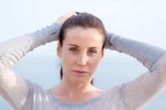 Porträt der attraktiven jungen Frau Stockfotografie