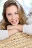 Porträt der attraktiven jungen Frau auf Sofa Lizenzfreies Stockfoto