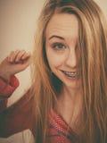 Porträt der attraktiven jungen Frau, die nette Pyjamas trägt lizenzfreie stockbilder