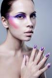 Porträt der attraktiven jungen Frau mit buntem Make-up auf Gesicht stockfotografie