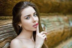Porträt der attraktiven jungen Frau mit dem Finger auf Lippen Stockfotos