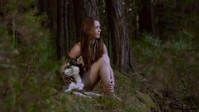 Porträt der attraktiven jungen Frau und ihres gewidmeten des Hundes, die einen langen Blickkontakt hat stock footage