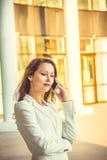 Porträt der attraktiven jungen Geschäftsfrau mit dem langen dunklen Haar Lizenzfreie Stockbilder