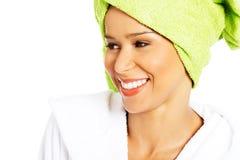 Porträt der attraktiven lächelnden Frau eingewickelt im Tuch mit turba lizenzfreies stockfoto