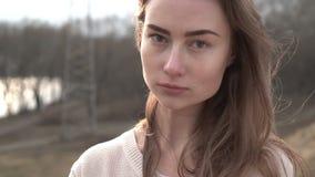 Porträt der attraktiven lächelnden kaukasischen Ethnie-Frau in der städtischen Umwelt stock video footage